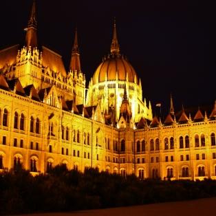 Parlamenttitalo Kossuth Lajot térin metroaseman kulmalta.