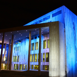 Rakennus vaihtaa väriään melko taajaan. Sisältä löytyy joidenkin asiantuntijoiden mukaan maailman parhaalla akustiikalla varustettu konserttisali, sekä taidemuseo ja pieni teatteri.