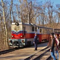 Alaspäin tultiin erittäin mielenkiintoista lasten rautatietä (Gyermekvasút) pitkin. Vuonna 1950 avatun rautatien tehtäviä hoitavat kuljettajaa lukuunottamatta 10-15-vuotiaat lapset. http://www.gyermekvasut.hu/