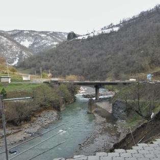 Taukopaikka välillä Kutaisi-Tbilisi. Hieman vaan piha sortunut jokeen.
