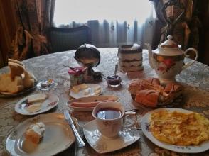 Kutaisin hostellin aamupalalla. Tbilisissä ei aamupalaa ollut, mutta ostin joka aamu kahvilasta lautasen kokoisen paikallisen juustopiiraan, hatsapurin, jonka voimalla jaksoi pitkälle päivään. Hinta kahvin kanssa parhaimmillaan jotain 2 €:n luokkaa.