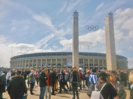 Ulkoa stadion ei ole mitenkään jättimäisen näköinen, mutta se johtuu siitä, että nurmi on 15 maan pinnan alapuolella.