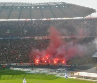 Bayernin kulma järjesti pyroshown ennen ottelua ja ekat minuutit kentän tapahtumia ei savun takia oikein edes nähnyt kunnolla.
