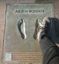 Arjen Robbenin onneton koon 43 jalka. Ei näkynyt Robbenia kentällä loukkaantumisen vuoksi.