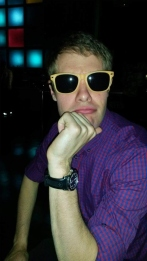 Ankkanaama peitti silmäpussit aurinkolaseilla.