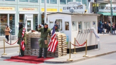 Checkpoint Charlie eli yksi tunnetuimmista Itä- ja Länsi-Berliinin välisistä rajanylityspaikoista.