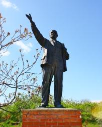 Lenin tervehtii aurinkoista lauantai-päivää.