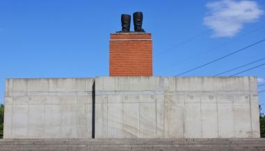 Stalinin saappaat. Vuoden 1956 kansannousussa kaadetusta Stalinin patsaasta jäi jäljelle nämä bootsit.