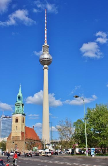 Tv-torni (Berliner Fernsehturm) ja korkeus hänellä 368m, josta tosin antennia on 118m.