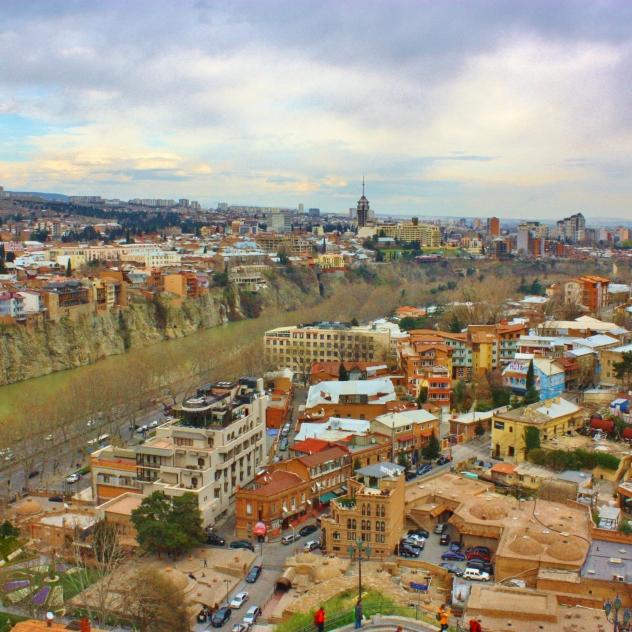 Etualalla Tbilisin kylpyläalue, jonka tunnistaa tiilikupoleista.