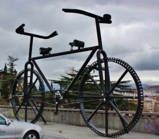 Ei Tbilisissä kukaan kyllä pyörällä kulkenut. Jos olisin itse pyörällä tai autolla tuolla kulkenut, olisi se ollut verrattavissa avustettuun itsemurhaan. Sen verran villiä oli maan liikennekulttuuri. Georgian liikenteen kokemisen jälkeen unkarilaiset ja italialaiset ajavat kuin pyhäkoululaiset.