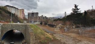 Itse otettu kuva suunnilleen samasta kohtaa. Tbilisissä ei siis tällä hetkellä ole eläintarhaa.