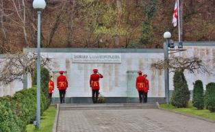 Abhasian sodassa (1992-1993) kuolleiden georgialaisten sotilaiden muistopaikka. Vahdinvaihto menossa.