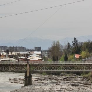 Rioni-jokea etelään päin.