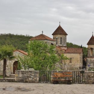 Motsametan luostari ei ole niin hyvin turistien tiedossa. Jonkinlainen jumalanpalvelus oli menossa tuolla ollessamme, ja sitä kirkon ovelta seurailimme.