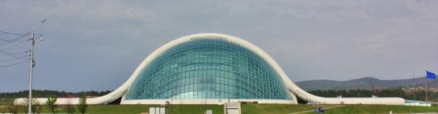 Georgian uusi parlamenttitalo Kutaisissa. Hintalappu 83 miljoonaa USD. Huomaa kuvan rajaus.