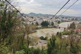 Tbilisin tavoin huvipuisto oli kukkulan päällä ja helpoiten sinne pääsi köysihissillä.