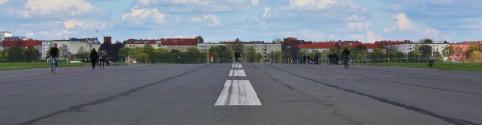 Lentokenttä suljettiin lokakuussa 2008 ja avattiin vuonna 2010 kaupunkipuistoksi. Ja aika paljonhan tuolla liikkui leijanlennättäjää, skeittaria, lenkkeilijää ja pyöräilijää.
