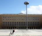 Tempelhofin lentoaseman sisäänkäynti ja päivän kulkupeli.