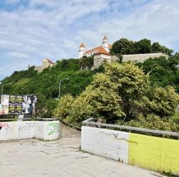 Bratislavan linna siellä ylhäällä.