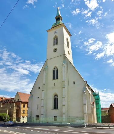 Pyhän Martinuksen katedraalin sisäänkäynti tyylikkäästi 10 metriä nelikaistaisesta tiestä.