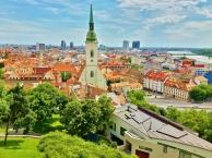 Vanhaan kaupunkiin päin. Budapestissa kuparikattoja, täällä tiilikattoja.