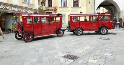 Vihaamieni hop on hop off bussien sijaan Bratislavassa ja juurikin vanhassa kaupungissa turisteja kyydittiin tällaisilla kärryillä, Prešporáčik nimeltään.