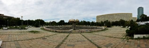 Kävelin jossain yliopistoalueella ja tällainen huonolla hoidolla oleva puisto tuli vastaan.