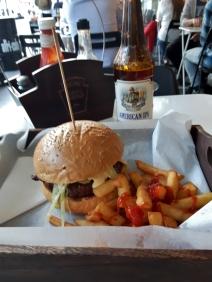 Nowy Zwiatilla dinnerillä. Katuruokafiiliksellä tehty burgerisetti erikoisoluen kanssa 9€ tienoilla.