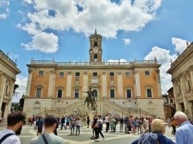 Piazza del Campidoglio aivan Vittorio Emanuelen monumentin vieressä