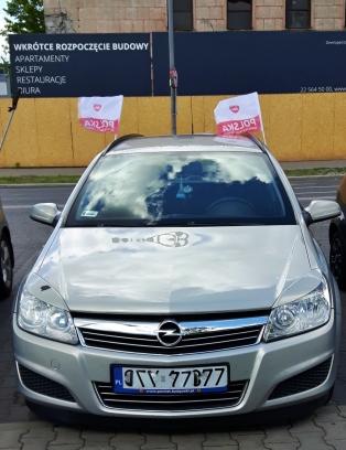 Monet ajelivat pienet Puolan liput autoon kiinnitettynä
