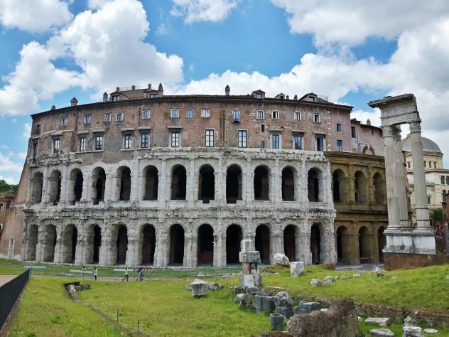 Marcelluksen teatterissa havaittavissa samankaltaisuuksia Colosseumiin, tai no ainakin noi holvikaaret.