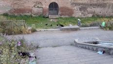 Giardini di via Carlo Felice -puiston läpi kävellessäni näin ehkä 30 mustaa kissaa. Tässäkin kuvassa niitä noin 7 ja lisäksi pariskunta joka oli tullut ruokkimaan niitä.
