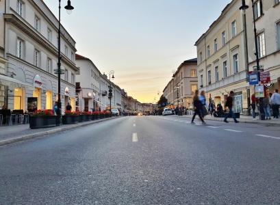 Nowy Zwiat: kauppoja ja ruokapaikkoja ja eikä näin torstai-iltana ainakaan liikaa porukkaa.