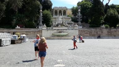 Ja sama paikka Piazza del Popololta kuvattuna. Ja äiteelle terveiset, että en kysynyt etualan neitiä matkaseuraksi, kun ikää taisi olla alle 16v.