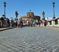 Ponte Sant'Angelo eli silta Tiberin yli Sant'Angelon linnalle.