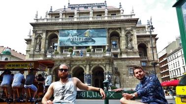 Se vanhempi ja kuuluisampi oopperatalo. Bongaa myös beer bike vasemmasta kulmasta.