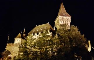 Vajdahunyadin linna iltavaloissa.