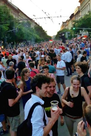 EM-kisaottelujen jälkeiset juhlallisuudet. Vilkkain raitiovaunulinja suljettiin kolmeksi tunniksi, että porukka pääsee juhlimaan kaduille.